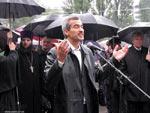 На Покровской ярмарке Кальцев рассказывает, что дождь - это на счастье