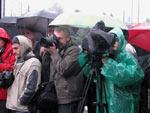 На Покровской ярмарке (Запорожье) фотокоры прячут камеры от дождя