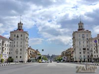 Вид на пр. Ленина, между фонтанами-близнецами (посреди дороги) по ул. 12 Апреля